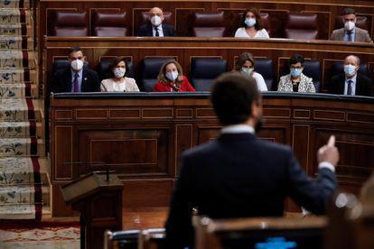 El líder popular, Pablo Casado, interpela al Gobierno, durante una nueva sesión de control al Gobierno, el pasado miércoles en el Congreso de los Diputados.