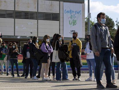 Estuadiantes en la Universitat Autònoma de Barcelona el 8 de abril de 2021.