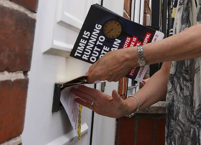 Entrega a pie de calle de folletos sobre el referéndum del 'Brexit' en Reino Unido.