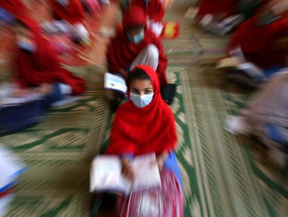 Estudiantes con mascarilla en el primer día de escuela primaria, el pasado uno de febrero, después de la reanudación de las clases en Peshawar, Pakistán.