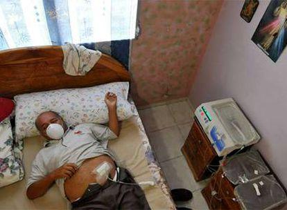 El panameño Adolfo Nieto, envenado por el jarabe, recibe diálisis en su casa, el pasado mes de julio.