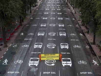 Una veintena de activistas de Greenpeace han pintado hoy más 200 señales de tráfico en una calle del centro de Madrid.