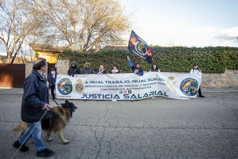 Miembros de la asociación Jusapol se manifiestan a la puerta de la vivienda de Pablo Iglesias e Irene Montero en Galapagar (Madrid)