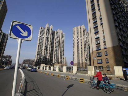 Una mujer y un niño caminan por una urbanización del distrito pequinés de Tongzhou, el pasado febrero.