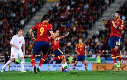 Xavi marca el primer gol de España