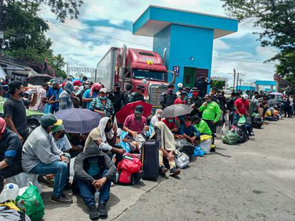 Cientos de migrantes nicaragüenses esperan en Peñas Blancas, en la frontera con Costa Rica.