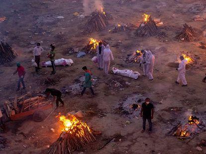 Vista general de un crematorio improvisado de víctimas de la covid en Nueva Delhi (India), el 23 de abril.