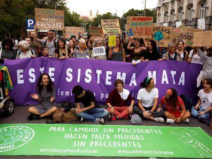 Concentración en los alrededores del Congreso de los Diputados para protestar contra el cambio climático el pasado viernes.