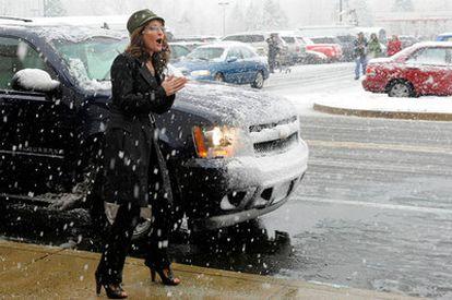 Sarah Palin saluda a unos simpatizantes a su llegada, en diciembre, a un centro comercial en Virginia.
