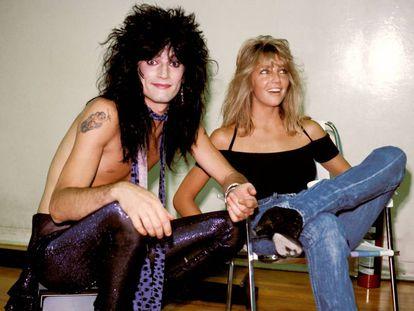 Tommy Lee con su entonces esposa, la actriz Heather Locklear, a mediados de los ochenta en los camerinos de un concierto de Mötley Crüe. La gran balada del grupo, 'Without you', está escrita pensando en Heather Locklear.