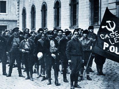 Milicia del Partit Obrer d'Unificació Marxista (POUM) en Barcelona en 1936. Orwell aparece al fondo.