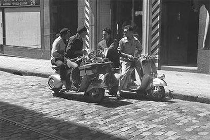 Un grupo de jóvenes, en las calles de Madrid en los años cincuenta.