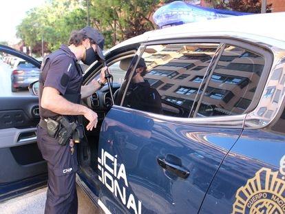Un agente junto a un coche patrulla, en una imagen de archivo.