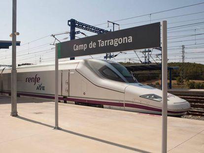 Un tren AVE en la estación de Tarragona.