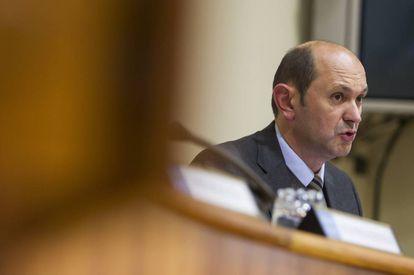 Rafael Louzán, durante una comparecencia en el Parlamento gallego en 2014.