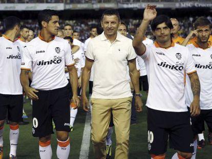 Djukic, acompañado por los jugadores del Valencia, anoche en la presentación.