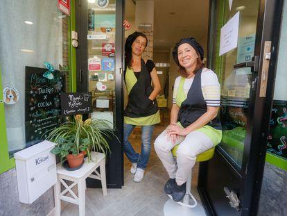 Elena (a la izquierda) y Beatriz Revilla (a la derecha), en la tienda-obrador de Mamá Kokore, en la calle de Germán Pérez Carrasco.