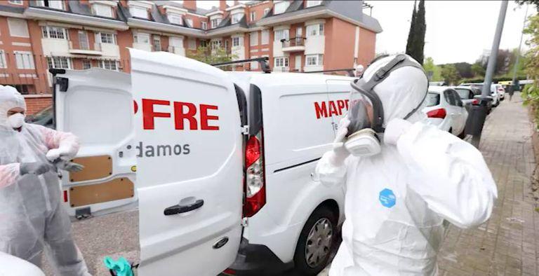 Dos trabajadores de Mapfre con medidas de protección.