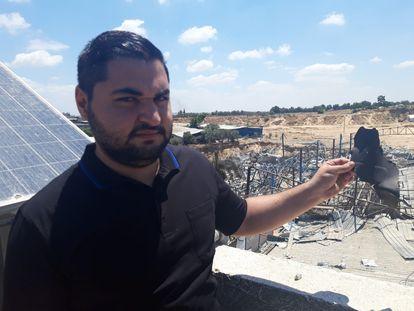 El gerente de Cerámicas Rama, Hamsa Hamad, muestra una pieza de un proyectil israelí que destruyó su almacen, el domingo en Gaza.