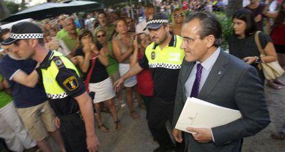 Arturo Torró fue abucheado ayer en la Casa de Cultura de Gandia.