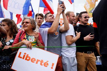 Varios manifestantes en una de las protestas convocadas este sábado en París (Francia) contra el certificado covid y las vacunas.