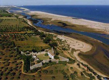 El fuerte de São João de Barra, ahora convertido en hotel, en un espectacular tramo de costa del Algarve portugués.