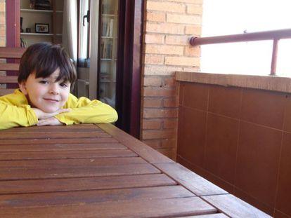 Un niño en la terraza de su casa.