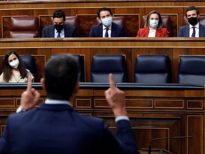 El presidente del Gobierno, Pedro Sánchez, interviene en la sesión de control al Gobierno, este miércoles. Al fondo, Pablo Casado.