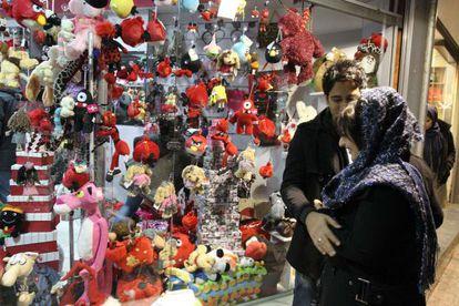 Una pareja iraní mira regalos alusivos al Día de San Valentín en Teherán.