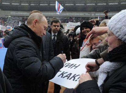 Putin da un autógrafo durante un mitin electoral.