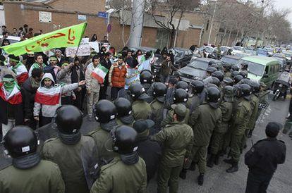 Un grupo de estudiantes 'basiyís' se manifiestan frente a la embajada de Italia en Teherán