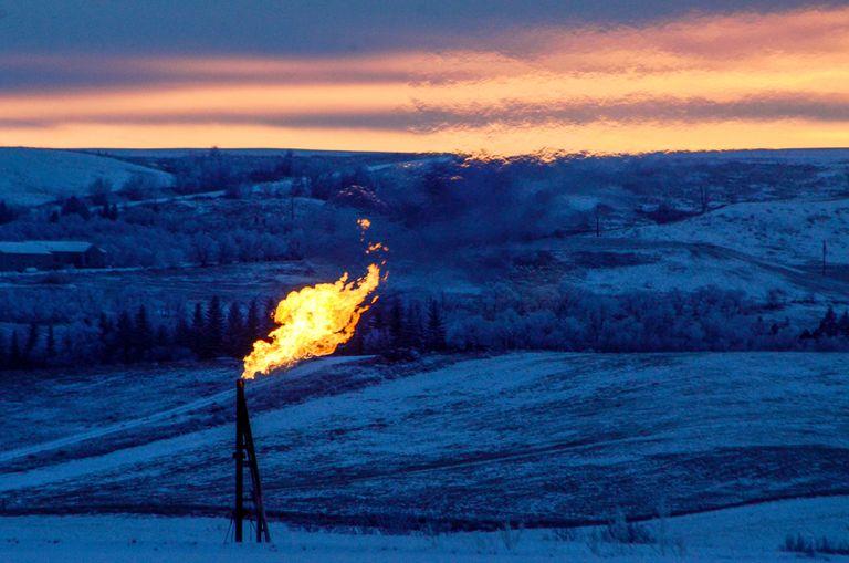 Una llama de gas, en un pozo petrolero de Dakota del Norte (EE UU).