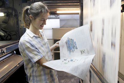 La artista francesa Elvire Bonduelle en la rotativa donde imprimió el periódico.
