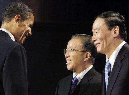 El presidente estadounidense, Barack Obama, saluda al viceprimer ministro, Wang Qishan, y al consejero de Estado chino, Dai Bingguo.