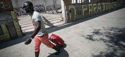 Un inmigrante abandona la nave ocupada en Pueblo Nuevo.