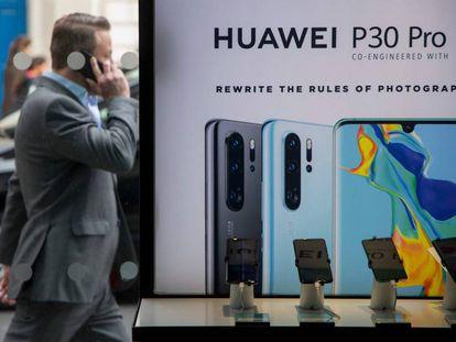 Un ciudadano británico camina al lado de una tienda que ofrece móviles Huawei en el centro de Londres, el pasado abril.