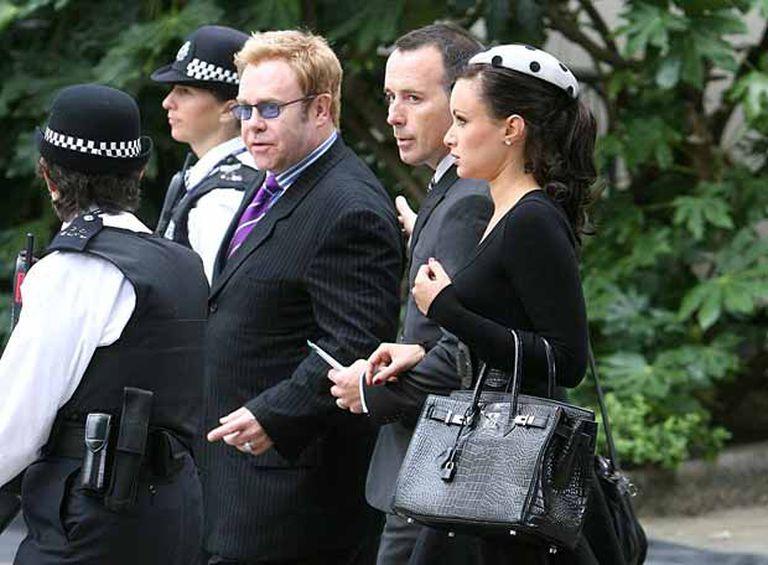 El cantante Elton John y Camilla al Fayed, a su llegada al servicio fúnebre en Londres.