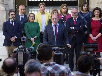 Pedro Antonio Sánchez (c.), anuncia su dimisión rodeado de sus consejeros. En vídeo, cronología de los acontecimientos que han derivado en la dimisión del presidente murciano.