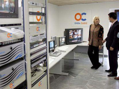 La alcaldesa Teófila Martínez en las instalaciones de Onda Cádiz.