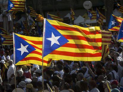 """Banderas """"esteladas"""" durante la celebración de la Diada de Catalunya en las calles de Barcelona."""