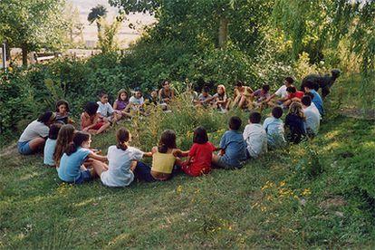 Una actividad del campamento medioambiental de Greenpeace en Olea (Cantabria) en 2004.