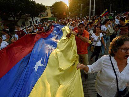 Ciudadanos venezolanos participan en una protesta en contra del Gobierno de Nicolás Maduro en la ciudad colombiana de Cúcuta, en la frontera con Venezuela, el pasado 12 de febrero.