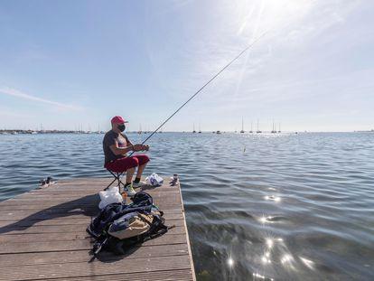 Un hombre pesca en la playa de Barnuevo, en San Javier (Murcia), este viernes.