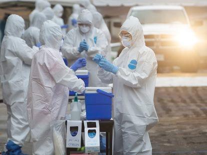 Personal sanitario toma muestras para la detección de covid-19 en la ciudad de Guadalajara, en mayo de 2020.