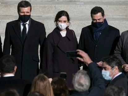 Desde la izquierda, Pablo Casado, líder del Partido Popular; Isabel Díaz Ayuso, presidenta de la Comunidad de Madrid, y Juan Manuel Moreno Bonilla, presidente de la Junta de Andalucía, son fotografiados tras el acto.