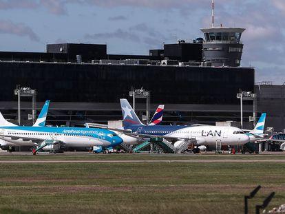 Un avión de Latam estacionado junto a otros de su competidora Aerolíneas Argentinas en el aeropuerto de Buenos Aires, el 14 de abril de 2020.