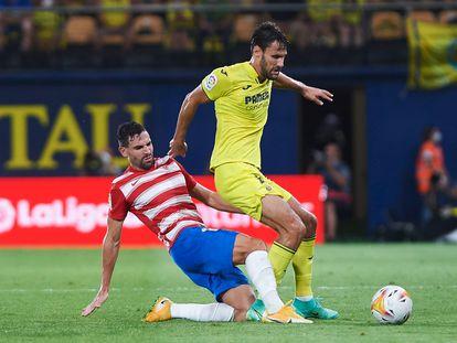 Puertas intenta arrebatar el balón a Pedraza, lateral zurdo del Villarreal.