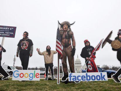 Una intervención con carteles de los jefes de Google, Sundar Pichai; Twitter, Jack Dorsey; y Facebook, Mark Zuckerberg afuera del Capitolio, Washington este jueves.