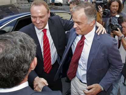 Alberto Fabra y Esteban González Pons, ayer, a su llegada a la sede del PP en Valencia.