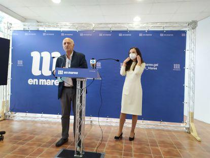 Los portavoces de En Marea, Pancho Casal y María Chao, en rueda de prensa, tras el plenario celebrado en el Hotel Congreso de Teo (A Coruña).